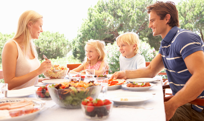 Parents with children, enjoy in a meals